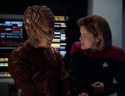 Donik hilft der Voyager sich den Hirogenschiffen zu nähern