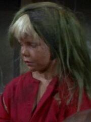 Kleinling Blondes Mädchen im roten Kleid 2266