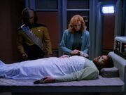 Crusher kümmert sich um den verletzten Riker