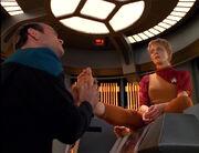 Doktor massiert die Füße von Kes