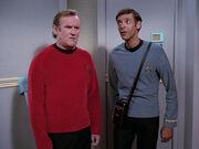 Bashir und O'Brien stecken im Turbolift fest