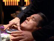 Chakotay wird mit einem Kardiostimulator behandelt
