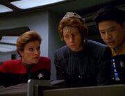 Janeway, Demmas und Kim erkennen, dass Tieran die Reichshalle angreift
