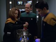 B'Elanna Torres, Der Doktor und Harry Kim untersuchen eine Massenvernichtungswaffe