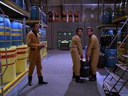 Arbeiter in Frachtraum 4
