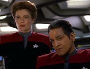 Janeway und Chakotay orten Vhnori-Leichname auf den Asteroiden