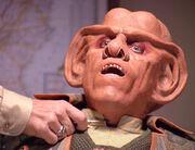 Wainwright hält Quark Skalpell an Hals