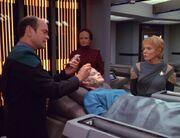 Der Doktor untersucht Danara Pel nach der Sabotage der Bahandlung