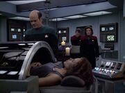 Der Doktor versetzt Torres in Scheintod