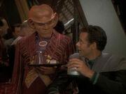 Quark schlägt Bashir einen Wettbewerk vor