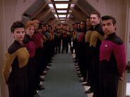 Crewmitglieder verabschieden Worf 2367