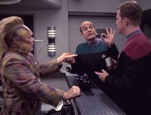 Der Doktor holt die Teranuss aus Neelix' Hand