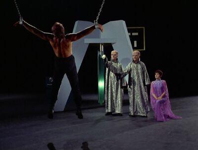 Kirk wird von den Vianer gefoltert