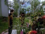Data redet mit Keiko im Arboretum
