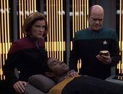 Der Doktor behandelt Tuvok nach dem Angriff der Ba'Neth