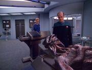 Der Doktor untersucht toten 8472