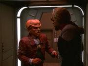 Quark trifft im Korridor auf Worf