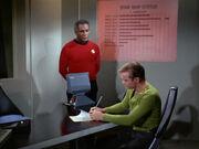 Kirk und Stone gehen Unfallbericht durch
