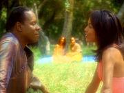 Sisko und das Wurmlochwesen sehen seinem Heiratsantrag zu