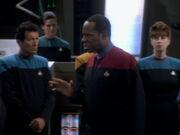 Sisko weist die Sternenflottenoffiziere ein