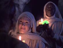 Neelix und Paris begegnen den einem Mönch und einer Nonne