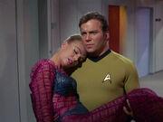 Kirk trägt Odona