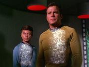 McCoy und Kirk im Transporterraum