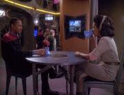 Sisko und Yates treffen sich im Replimat