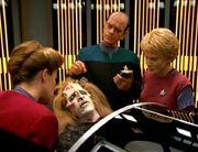 Chardis wird auf der Krankenstation der Voyager behandelt