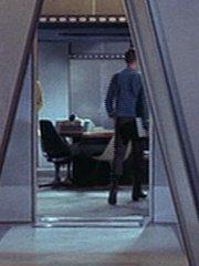 Offizier im Raum Enterprise 2254