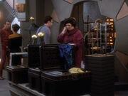Mazur sieht wie Roana ihr Geschäft schließt