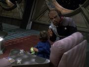 Worf spielt mit Kirayoshi