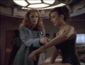 Dr. Crusher behandelt eine Patientin