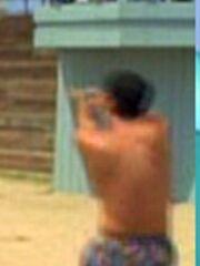 Mann spielt Volleyball am Strand von Los Angeles (1996) 3