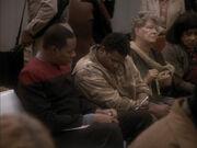 Sisko sitzt neben Dims