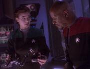 Sisko und Dax untersuchen unbekanntes Gerät