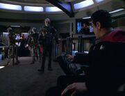 Die Brücke der Voyager wird von Borg-Hologrammen geentert