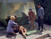 McCoy versucht Miramanee zu retten