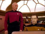 Picard gibt Data Anweisungen
