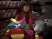 Molly spielt mit Stofftieren