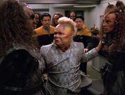 Neelix trennt zwei streitende Klingonen