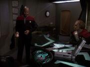 Sisko weist Worf in die Mission ein