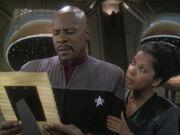 Sisko sieht sich ein Bild seiner Eltern an