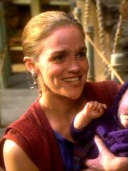 Bajoranerin die ihr Kind von Miles O'Brien segnen lässt 2369
