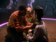 Sisko kümmert sich um Eris' Halsband