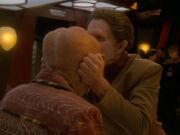 Odo küsst Quarks Stirn