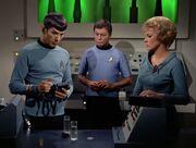 Spock untersucht das Wasser