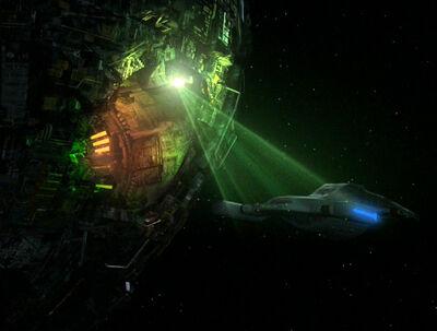 Voyager im Traktorstrahl einer Borg-Sphäre mit geöffnetem Hangar