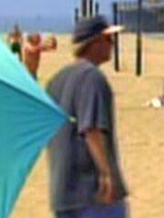 Mann spielt Volleyball am Strand von Los Angeles (1996)