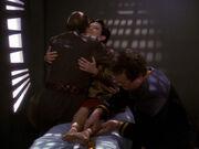 Shakaar besucht Kira während Miles ihre Beine massiert